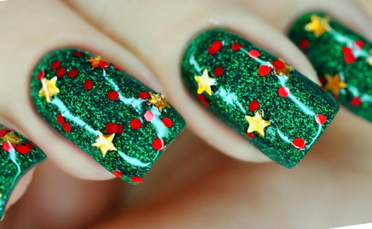 Unghie gel natalizie con smalto verde glitter e stelle integrate sotto il top coat