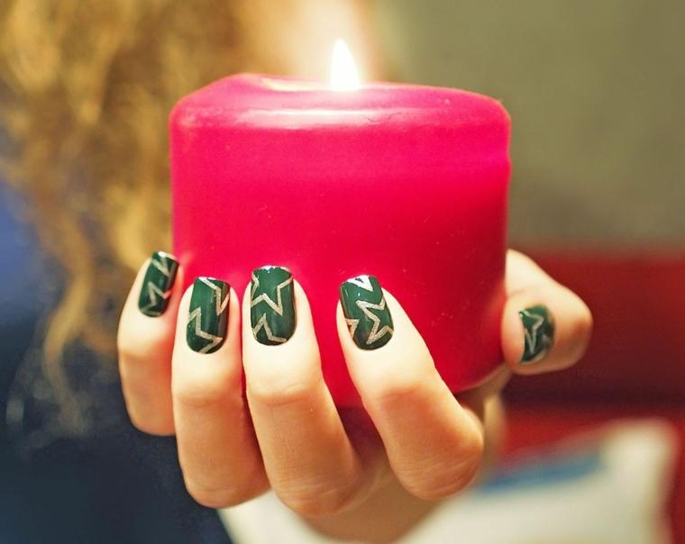 Idea per la decorazione delle unghie gel natalizie di colore verde e disegni di stelle argento