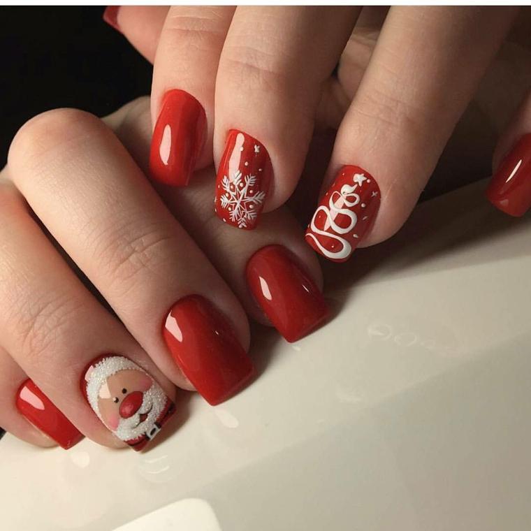 Unghie rosse natalizie con disegni di Babbo Natale e fiocchi di neve