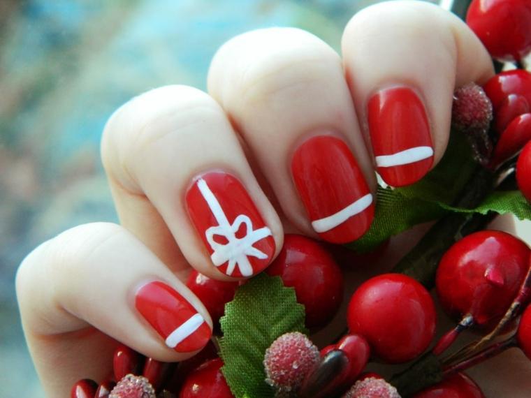 Idea per la decorazione delle unghie capodanno con smalto rosso e disegni semplici