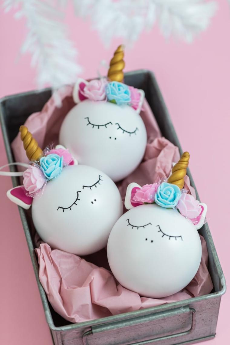Decorazioni natalizie fai da te tutorial con palline bianche dipinte come unicorno