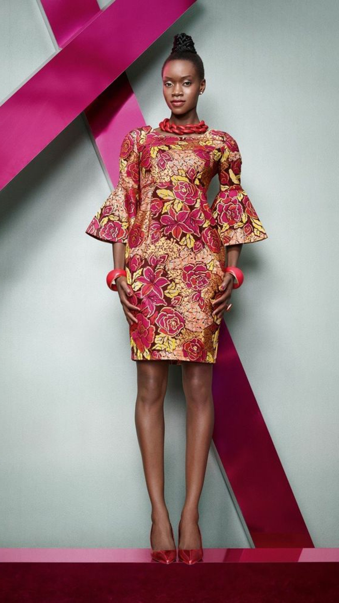 Tessuti etnici per un abiti midi con stampe floreali