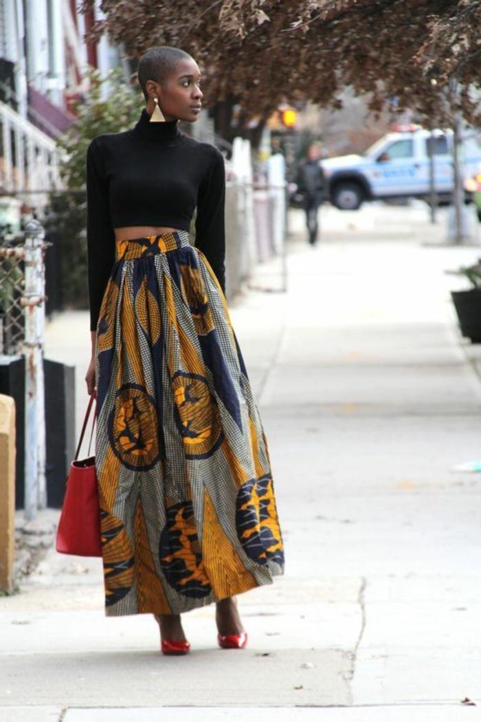 Tessuti africani e un'idea di abbigliamento con gonna lunga e top nero corto