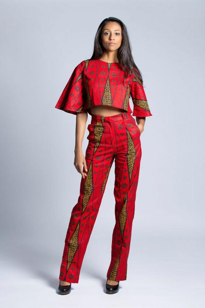 Tessuti africani e un'idea di abbigliamento con pantalone palazzo di colore rosso con top corto