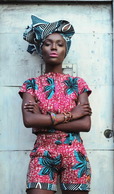 Tessuti etnici e un'idea di abbigliamento con pantaloncini corti e top abbinato