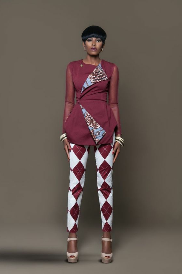Donna con un abito elegante di pantalone e maglia con maniche trasparenti