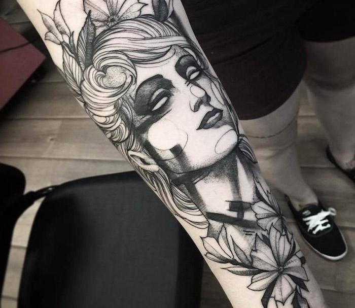 Tatuaggi uomo e un'idea con il disegno del viso di una donna