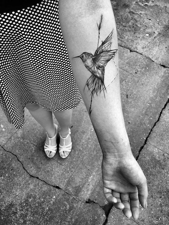 Un'idea per tatuaggio donna con il disegno di un uccello sull'avambraccio