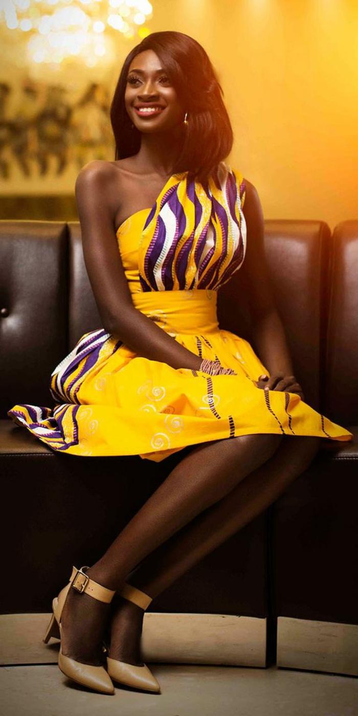 Abiti africani di colore giallo, vestito a ruota midi, ragazza con capelli lisci colore castano