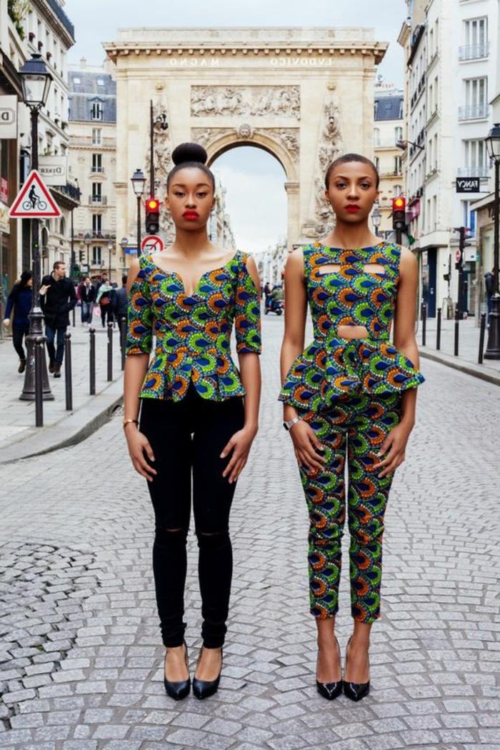 Due ragazze con vestiti africani, pantalone verde con stampe e top con peplum