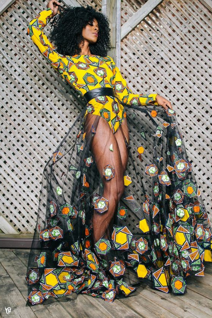 Stoffe africane di colore giallo, donna con gonna lunga di tulle, capelli ricci di colore nero