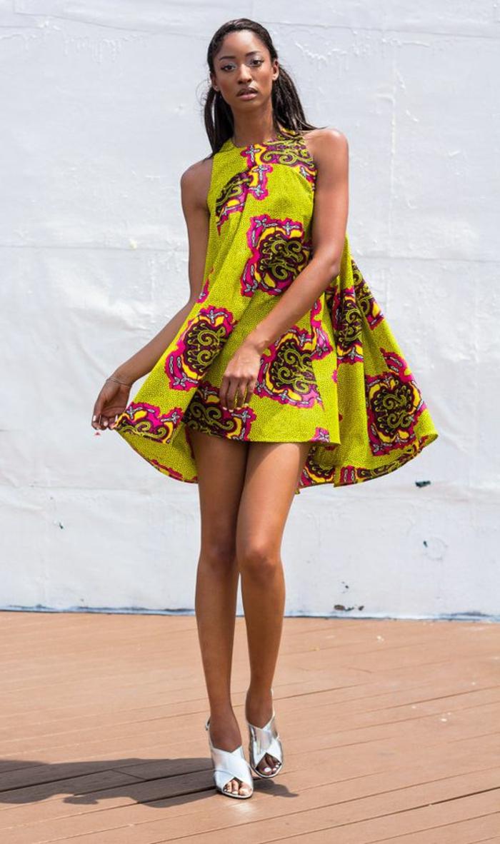 Abiti africani colorati, vestito estivo giallo, ragazza con capelli neri lisci, scarpe argento tacchi