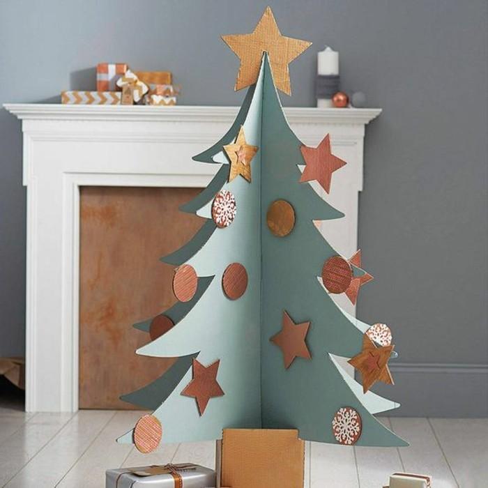 Un'idea per costruire un albero di Natale di cartone decorato con palline e stelle