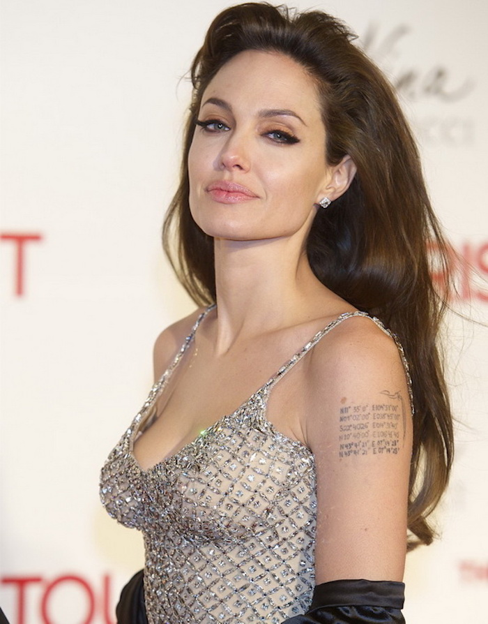 Idea per dei tatuaggi piccoli particolari significativi con scritte, l'attrice americana Angelina Jolie