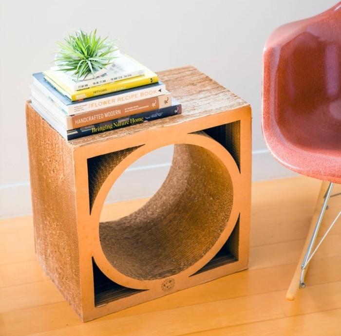 Mobili di design e un'idea di comodino costruito con le scatole di cartone