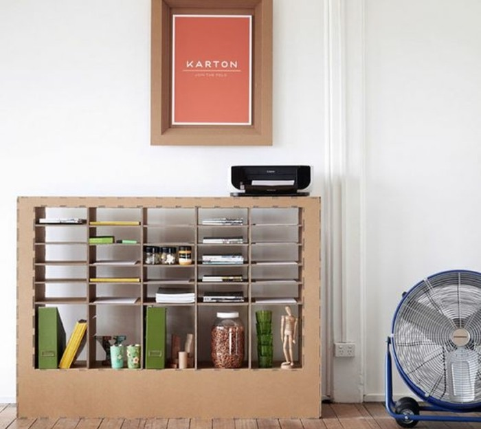 Costruire un mobile di cartone con scaffali, soggiorno arredato con il diy