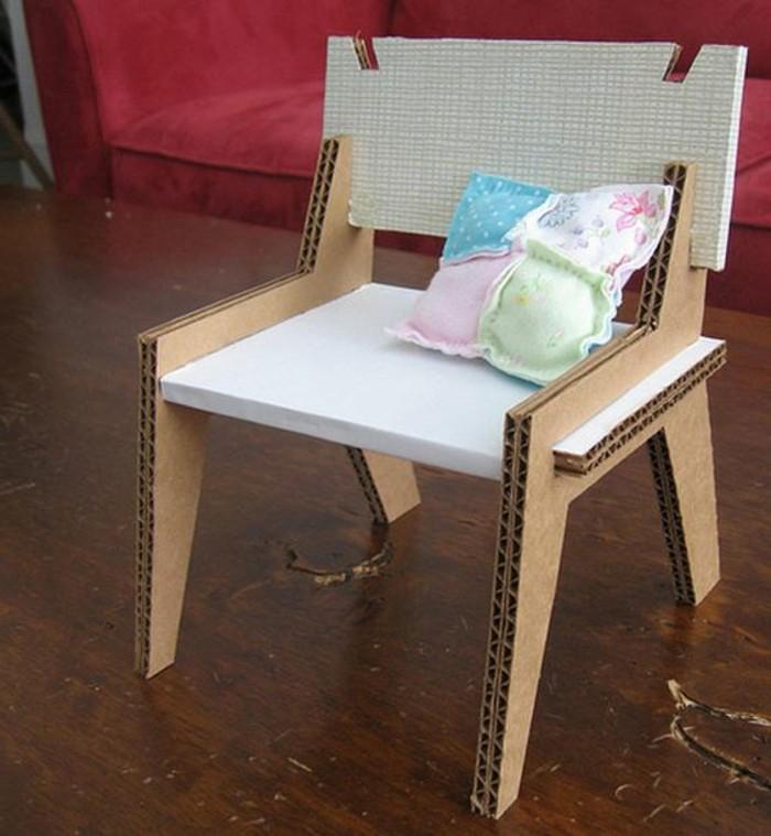 Mobili in cartone e un'idea per la costruzione di una sedia decorato con un cuscino colorato