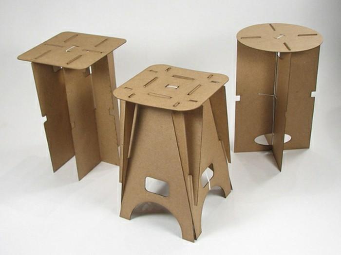 Oggetti design casa con arredamento di cartone, tre sedie alte con gambe