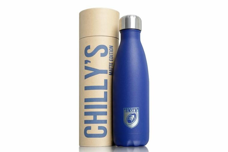 Idee regalo uomo e una bottiglia blu di metallo riutilizzabile con scatola di cartone
