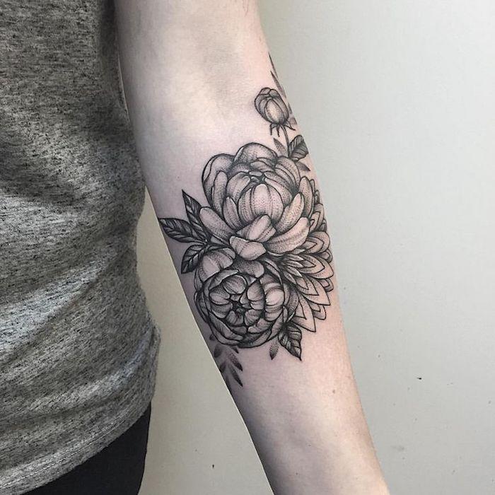 Idea per dei tatuaggi piccoli particolari femminili con disegno di fiore di loto sull'avambraccio