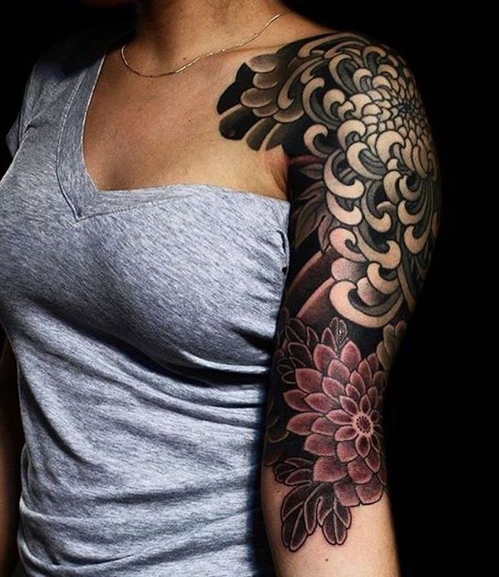 Tatuaggi braccio donne con motivi di fiori colorati e tattoo che si espande fino alla spalla