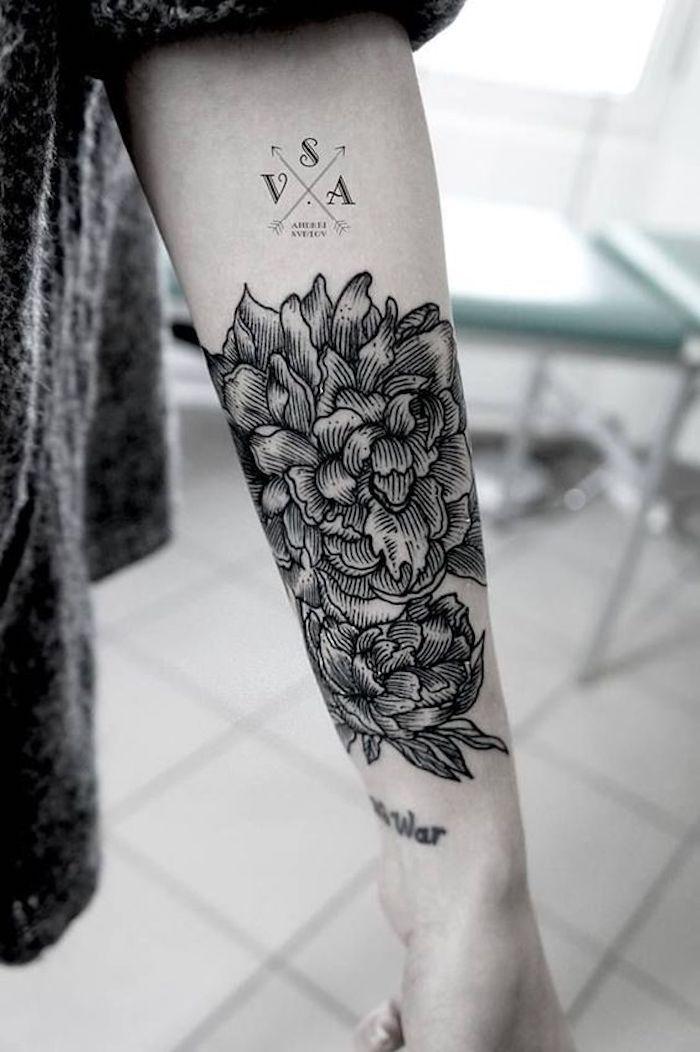 Tatuaggi significativi e un'idea per un tattoo di fiore e una bussola con le lettere