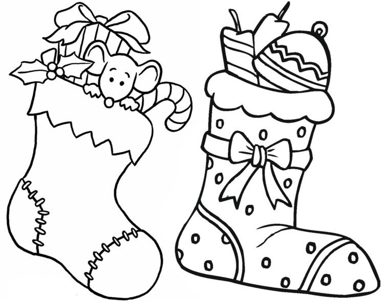 Disegni da stampare, due calze con regali, ornamenti e candele, topo che esce dalla calza