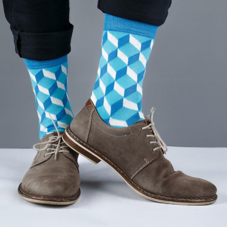 Regali per lui e una proposta con delle calze di colore azzurro con forme geometriche