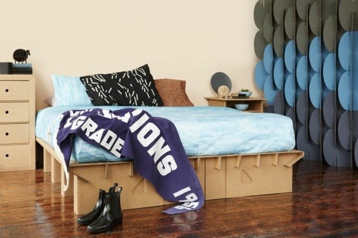 Oggetti design casa, camera da letto arredata con mobili creati dal cartone ondulato