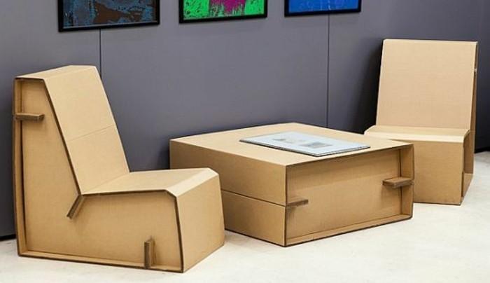 Mobili di design per l'arredo dell'ufficio, tavolino basso e due poltrone di cartone