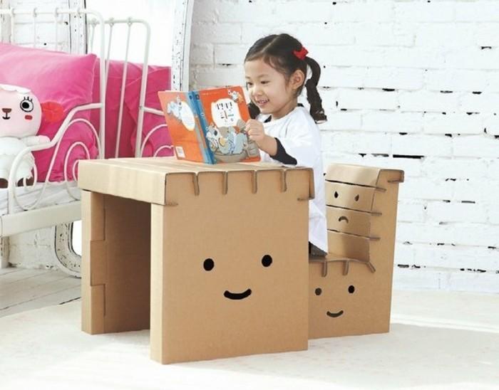 Oggetti design casa, una scrivania e sedia costruita dalle scatole di cartone
