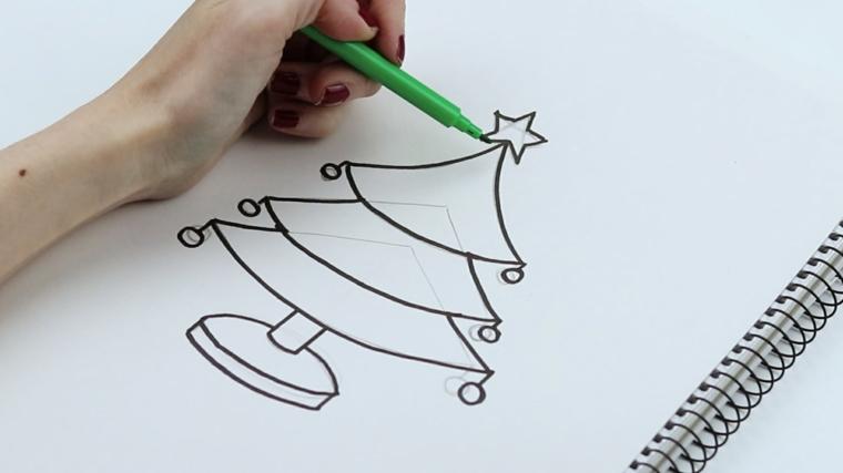 Mano con pennarello verde, immagini natalizie da stampare, albero addobbato con stella