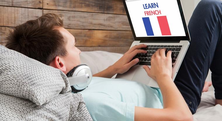 Cosa regalare ad un uomo per il suo compleanno, uomo con computer in mano e cuffie