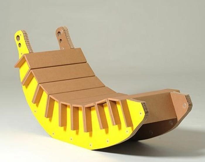 Mobili in cartone, le scatole da imballaggio per costruire una sedia a dondolo