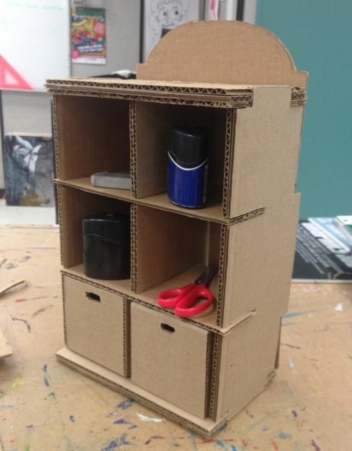 Mobili di design con il cartone, mobile con scaffali per contenere gli strumenti di bricolage