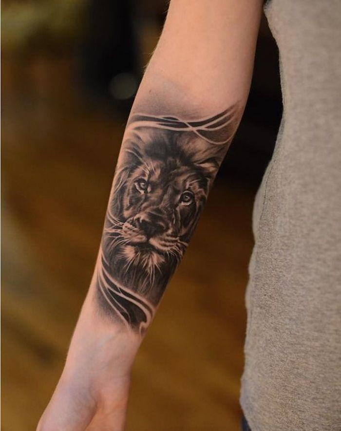 Disegni tatuaggi e un'idea per tattoo sull'avambraccio con la faccia di un leone