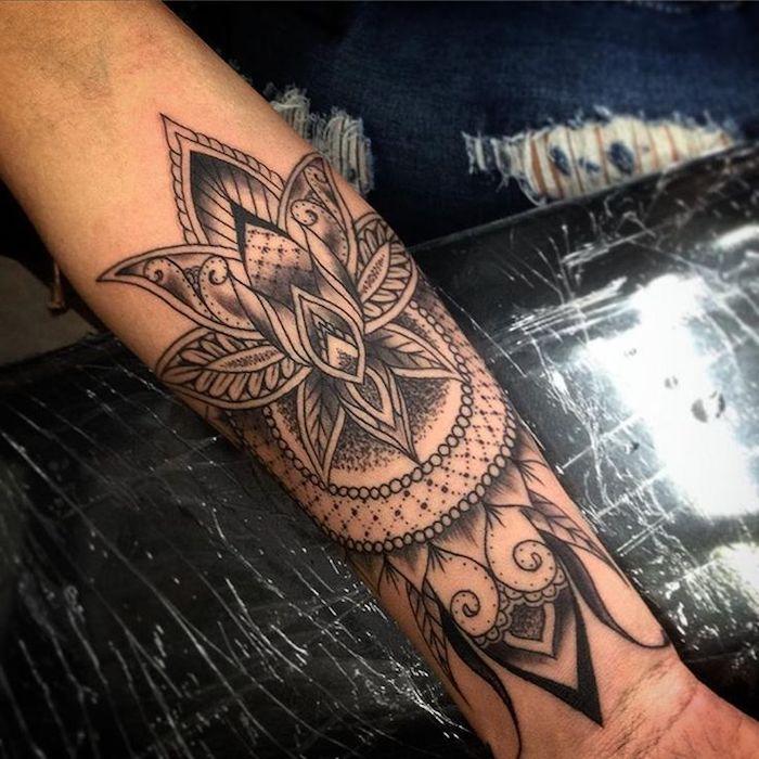 Tatuaggi piccoli particolari femminili, il braccio di una donna con un tattoo mandala
