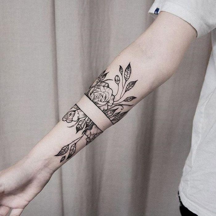 Idea per dei tatuaggi piccoli particolari femminili, disegno fiori e foglie sull'avambraccio