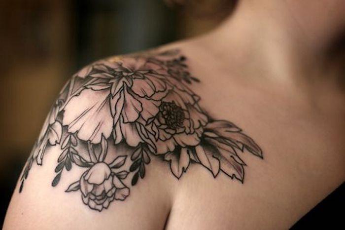 Tatuaggi braccio donne e un'idea per tattoo di fiori sulla spalla di una ragazza