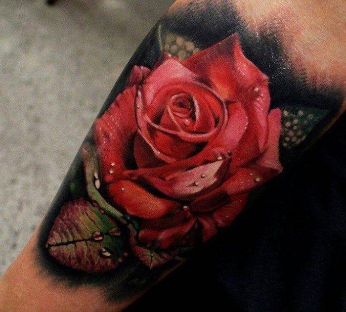 Un'idea per dei tatuaggi femminili da fare sul braccio con il disegno di una rosa rossa