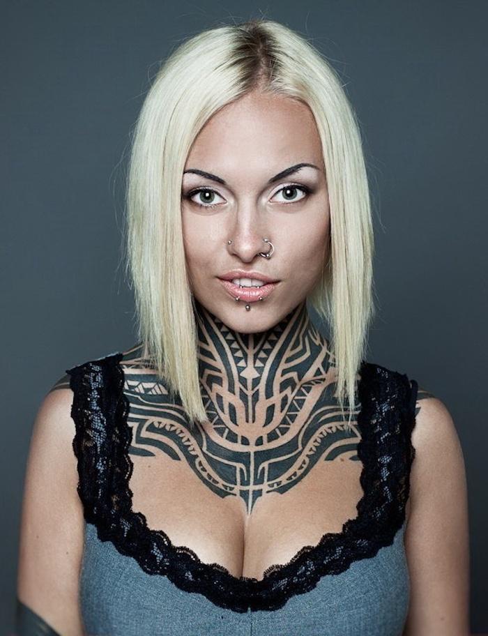 Idea per dei tattoo simboli e una donna bionda con il collo interamente tatuato