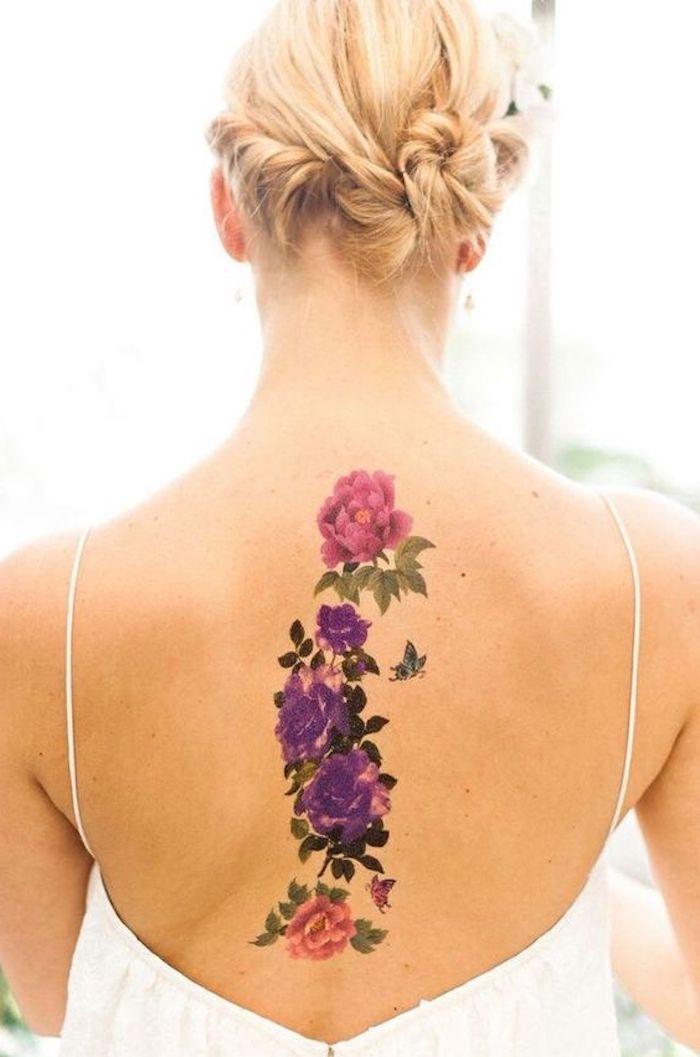 Tatuaggi piccoli particolari femminili da fare sulla schiena con fiori colorati