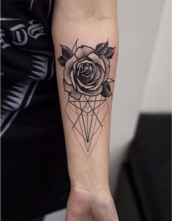 Tattoo immagini con rose e forme geometriche, tatuaggio piccolo sull'avambraccio di una donna