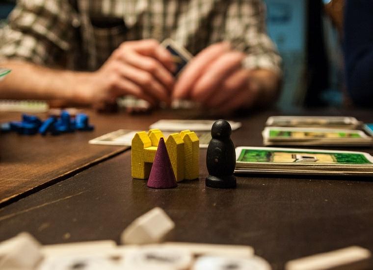 Idee regalo uomo originali e un gioco da tavolo con elementi di legno colorati