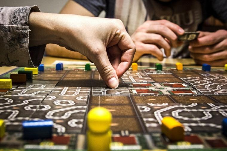 Cosa regalare al fidanzato, un'idea con un gioco da tavolo con elementi di legno