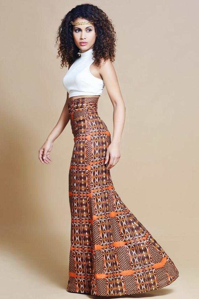 Vestiti africani colorati, donna con capelli ricci, gonna lunga palazzo, top bianco corto