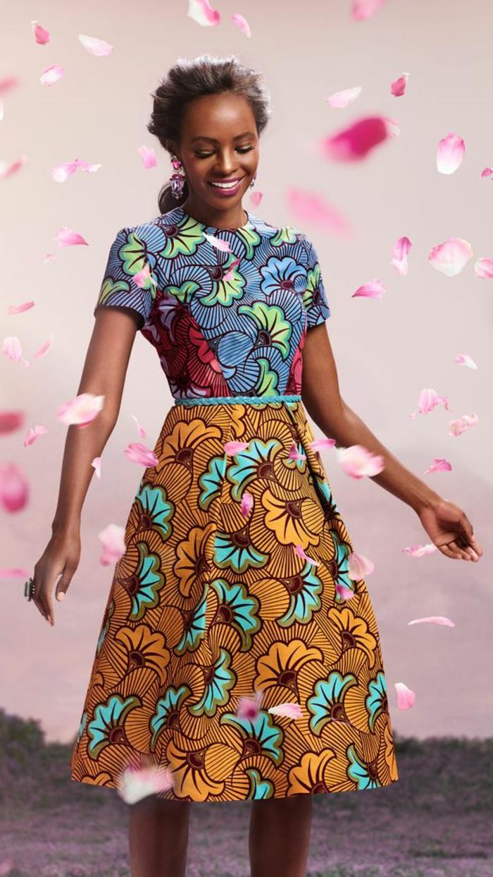 Stoffe africane con motivi floreali, ragazza con abito colorata, gonna a ruota