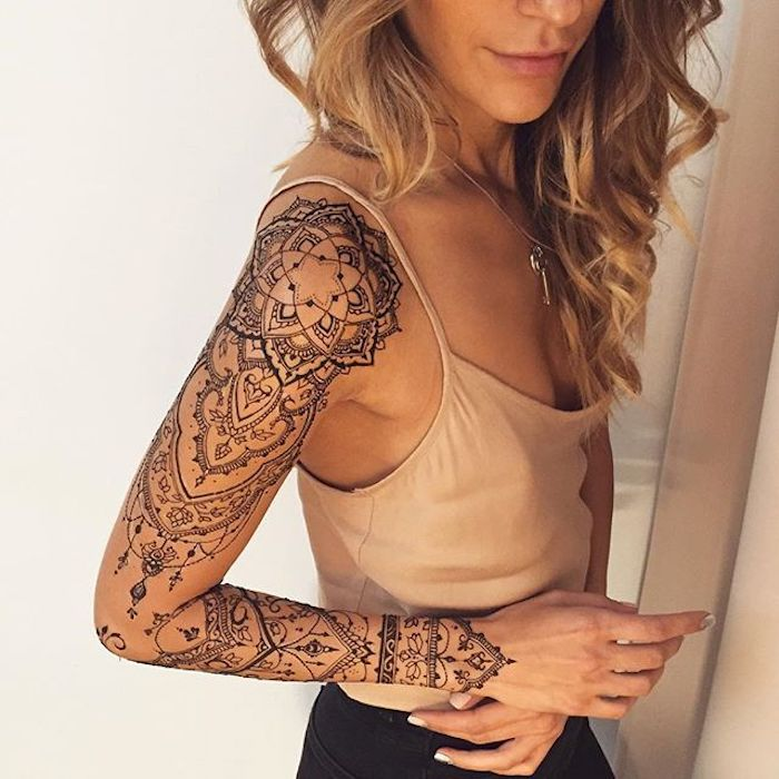 Un'idea per tatuaggio donna da fare sul braccio con motivi henna tattoo