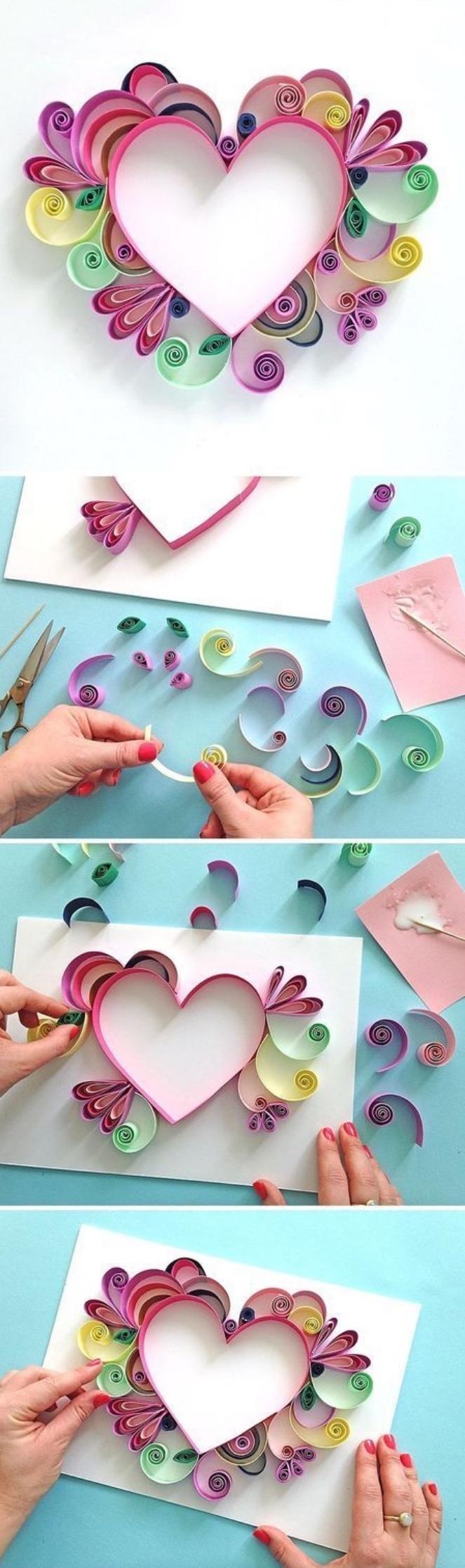 Una ghirlanda di cuoricini di carta colorata come decorazione