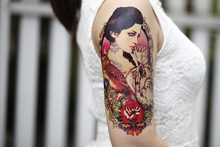 Disegni tatuaggi colorati per le donne, tattoo di una ragazza giapponese sulla spalla
